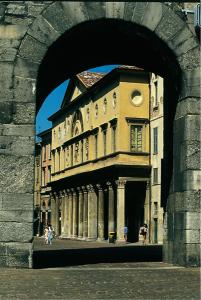 Facciata del Liceo Ginnasio Volta, visto da Porta Torre