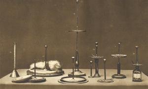 Diversi esemplari di Elettrofori ed Elettrometri condensatori ed Eudiometro (Fotografia, 1899)