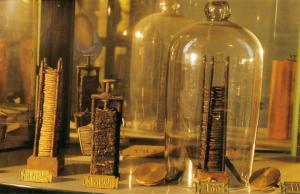 Vetrina delle pile nel Tempio Voltiano