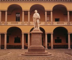 Statua e Cortile di Volta, Università di Pavia