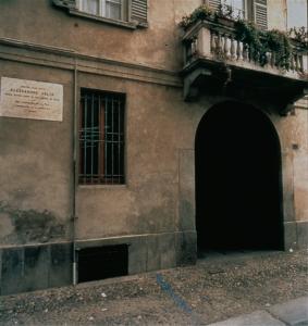 La casa di Volta a Pavia. Ultima abitazione di Volta a Pavia. L'edificio è ubicato nell'odierna via omonima, di fianco al prestigioso Collegio Ghislieri, e a breve distanza dal palazzo centrale dell'Università