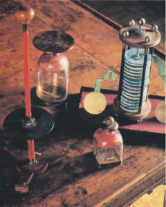 Strumenti elettrici voltiani sulla scrivania di Volta