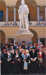 Foto di gruppo dei Rettori delle Università europee – ai piedi della statua di Volta nel cortile omonimo dell'Università di Pavia – riuniti dal 3 al 5 giugno 1999