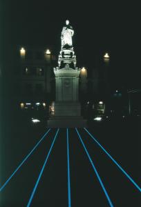 La statua di Alessandro Volta con la speciale illuminazione notturna