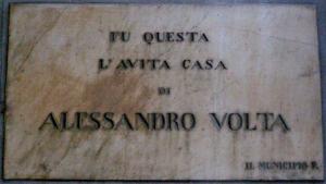 La targa commemorativa di Alessandro Volta sulla sua casa natale