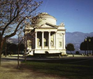 Il tempio Voltiano sullo sfondo del lago
