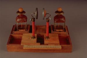 Apparato per lo studio dei conduttori coniugati e della dipendenza della capacità dalla distanza delle armature (Tempio Voltiano)
